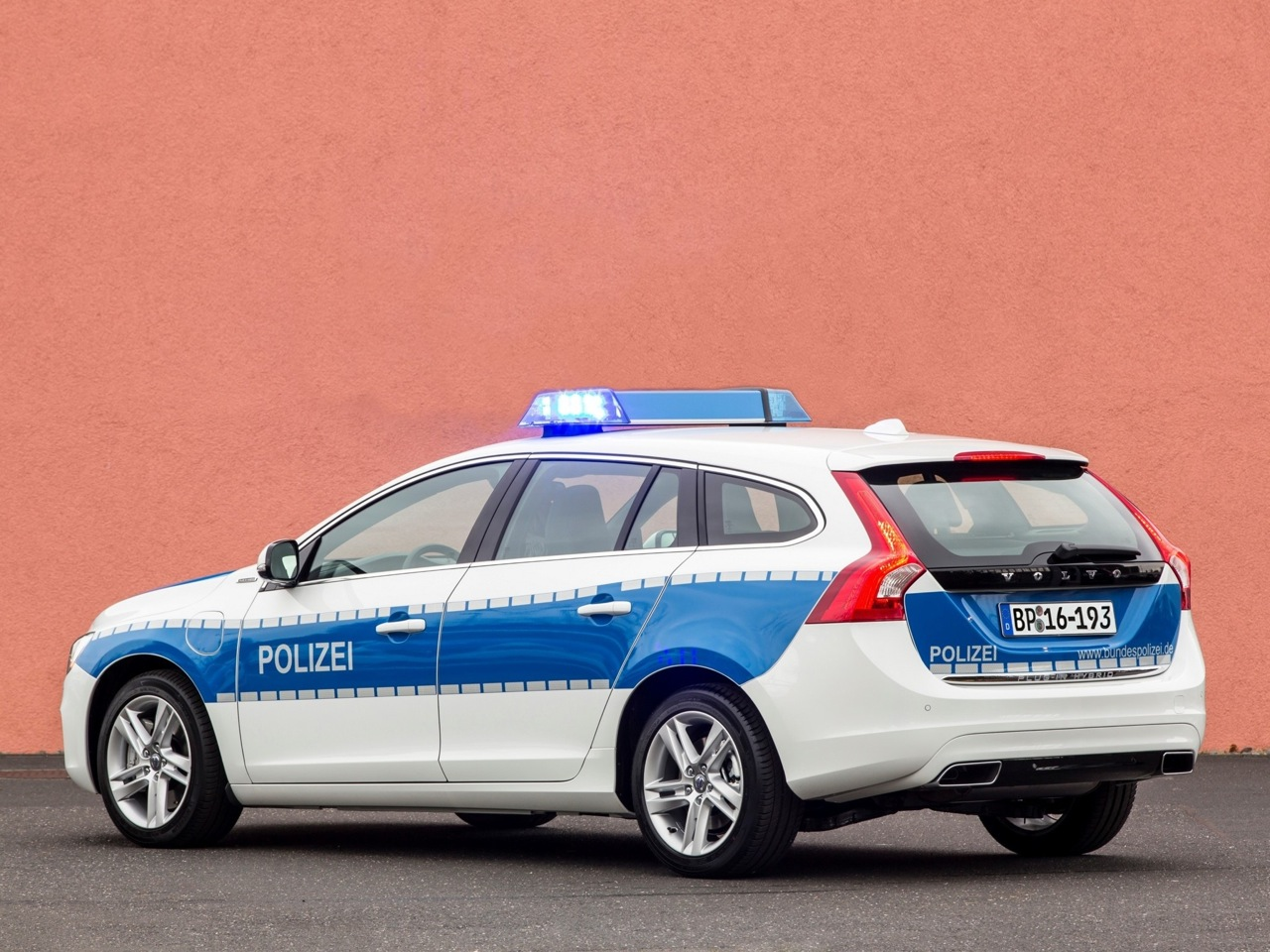 Kia Hybrid Car >> German police recruits Volvo V60 diesel hybrid patrol cars | PerformanceDrive