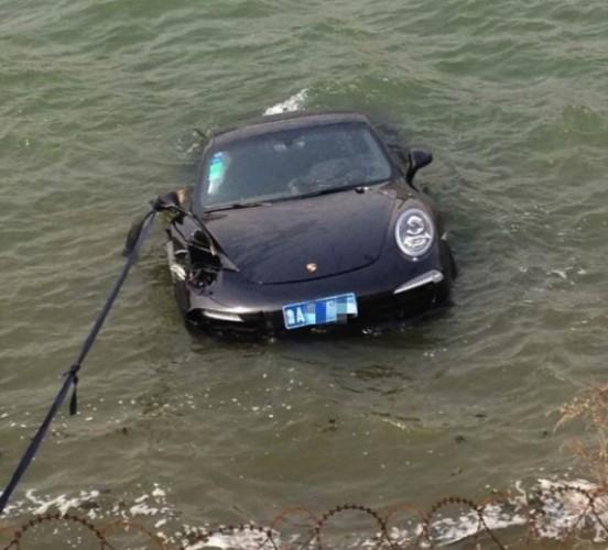 Porsche 911 crash lake China-front