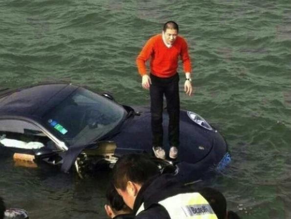 Porsche 911 crash lake China-standing
