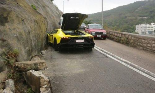 Lamborghini Aventador special edition (1 of 200) crashed