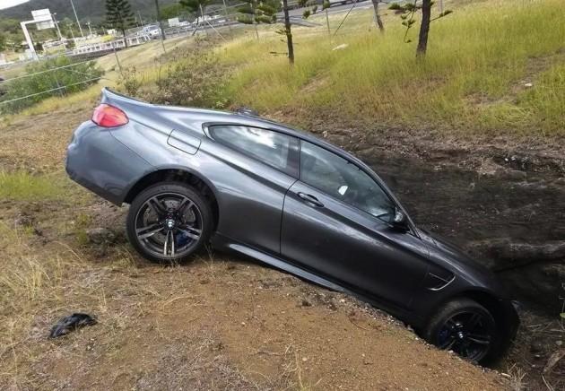 BMW M4 crash ditch France