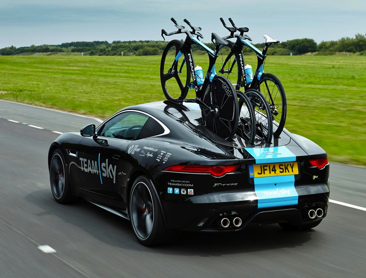 jaguar f type coupe acts as support car for tour de france performancedrive. Black Bedroom Furniture Sets. Home Design Ideas