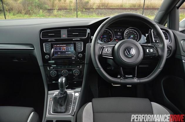 2014 Volkswagen Golf R-dash