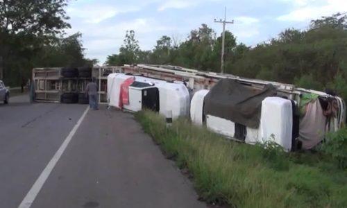 Six 2016 Toyota HiLux models damaged in truck crash (video)