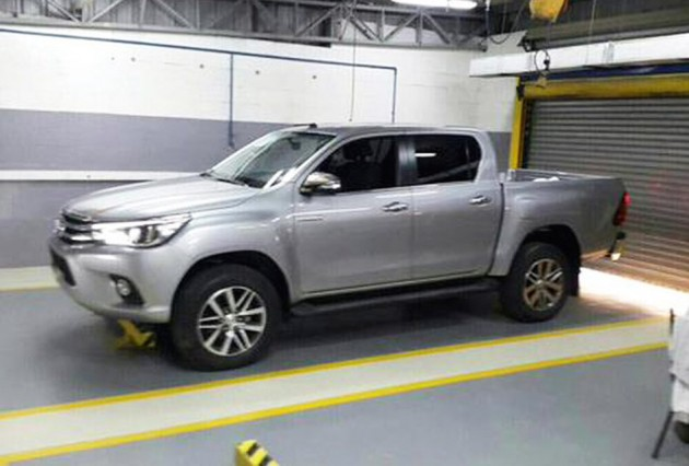 2016-Toyota-HiLux-spotted1