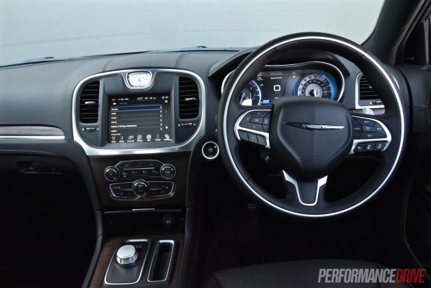 2015 Chrysler 300C Luxury-dash