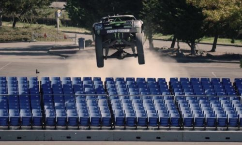 Video: Baja trophy truck vs Can-Am Maverick buggy, gymkhana-style