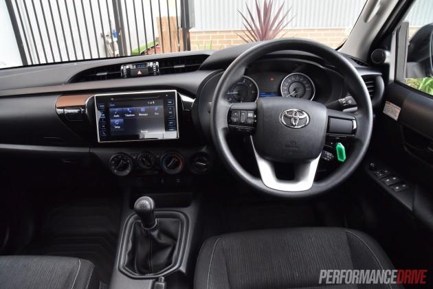 2016 Toyota HiLux SR-dash