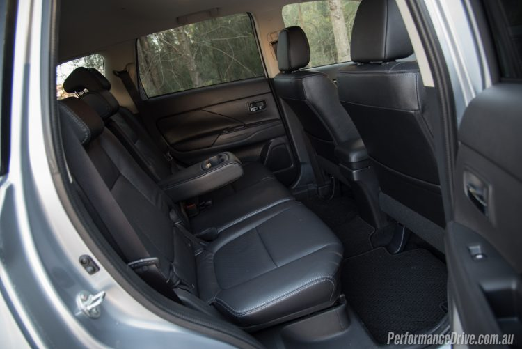2016 Mitsubishi Outlander Exceed-rear seats