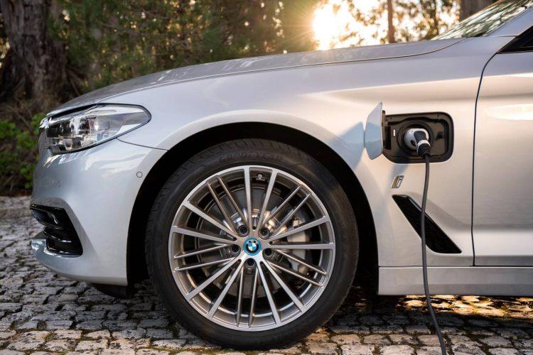 2017-bmw-530e-charging