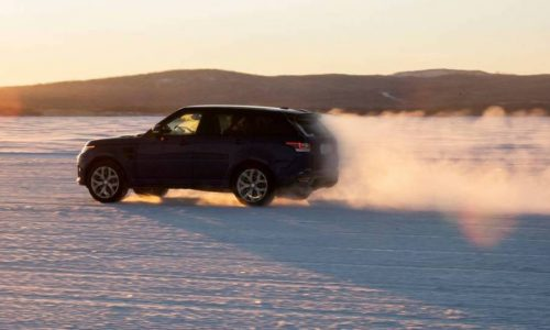 Range Rover Sport SVR does 0-100km/h in 5.5 seconds on sand (video)