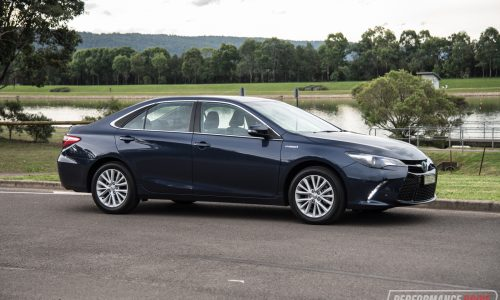 2017 Toyota Camry Hybrid Atara SL review (video)