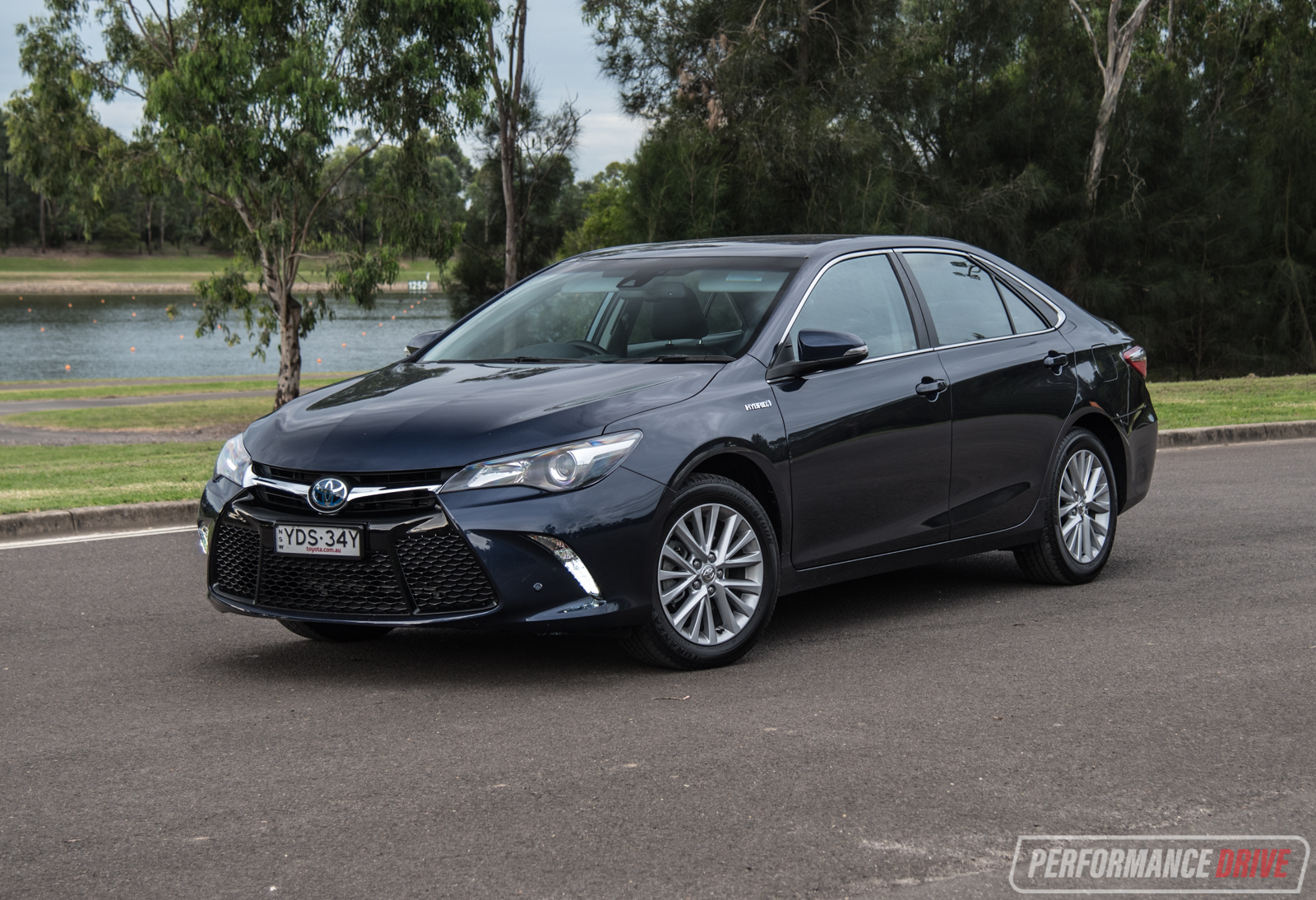 Toyota New Car 2017 >> 2017 Toyota Camry Hybrid Atara SL review (video) | PerformanceDrive