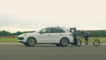 Video: Porsche Cayenne Turbo helps crazy cyclist set new speed record