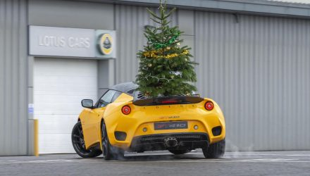Lotus Evora GT410 shows off Christmas tree delivery capability (video)