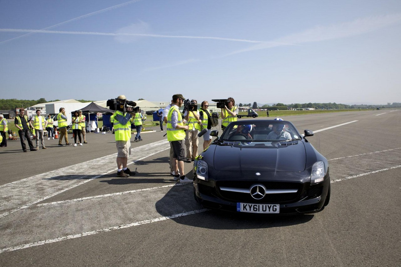 Mercedes Benz Sls Amg Roadster Catches Golf Ball For
