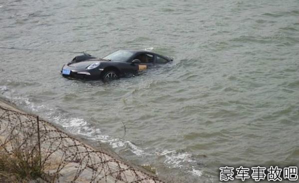 Porsche 911 crash lake China