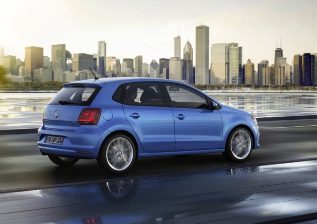 2014-Volkswagen-Polo-blue-rear