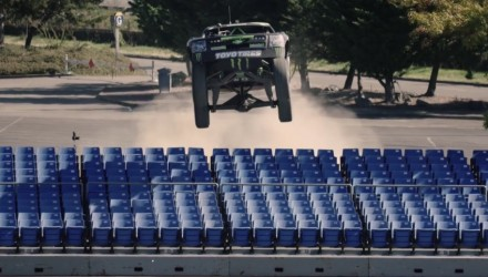 Video: Baja trophy truck vs Can-Am Maverick buggy, gymkhana-style
