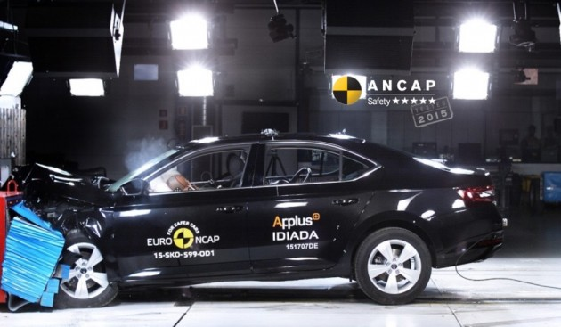 2016 Skoda Superb crash test-