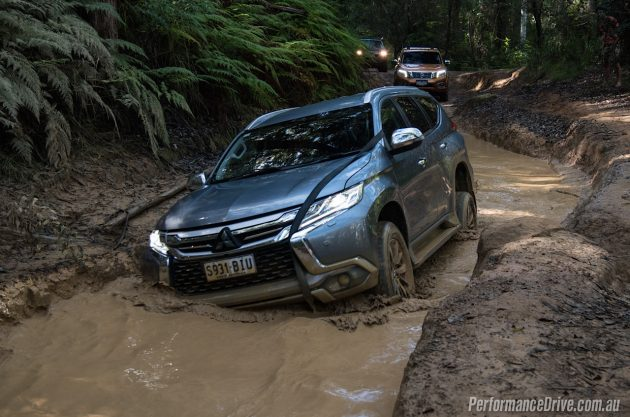 2016 Mitsubishi Pajero Sport-creek crossing