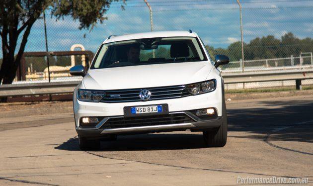2016 Volkswagen Passat Alltrack-cornering