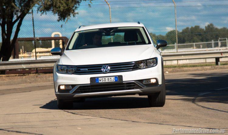 2016-Volkswagen-Passat-Alltrack-cornering