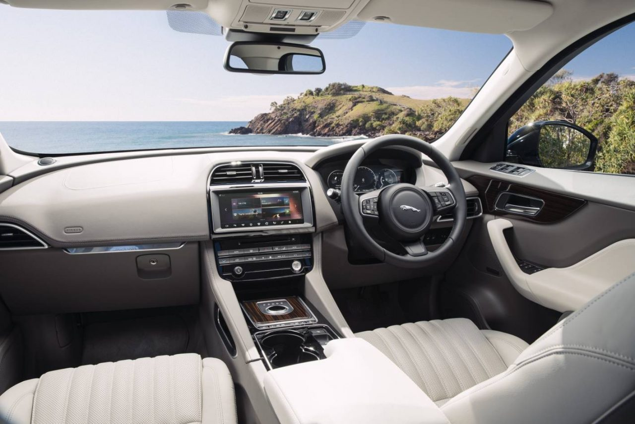 Jaguar f pace interior pictures to pin on pinterest for Interieur jaguar f pace