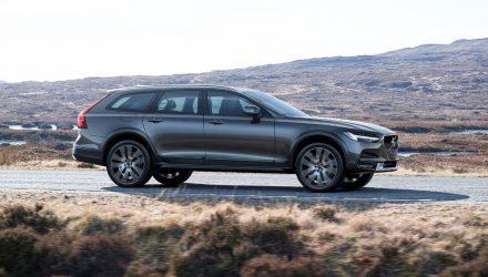 2017 Volvo V90 Cross Country revealed