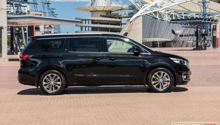 2016-kia-carnival-platinum-side