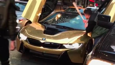 BMW i8 driver stops traffic, frustrated commuter smashes windscreen with bat