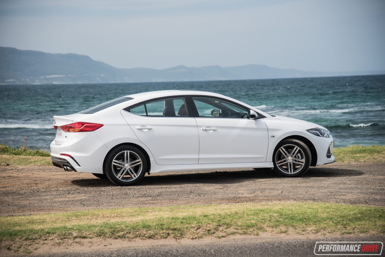 Red 2017 Hyundai Elantra >> 2017 Hyundai Elantra SR Turbo review – manual & DCT auto (video) | PerformanceDrive