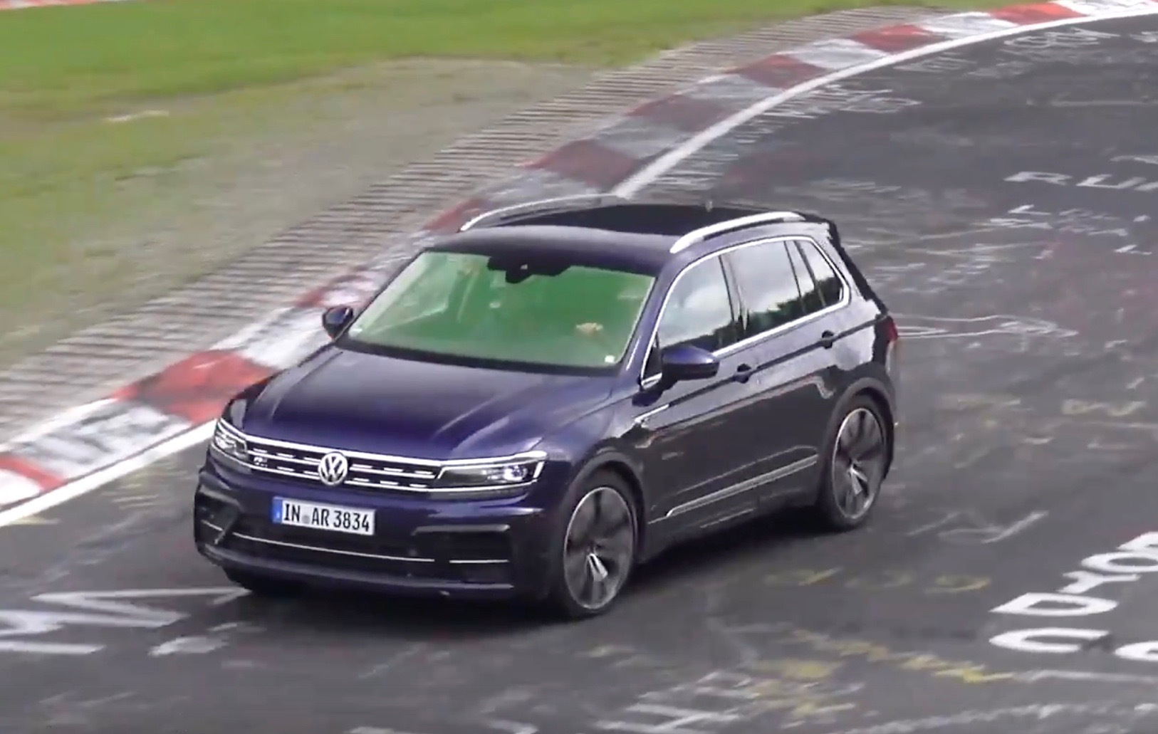 2018 volkswagen tiguan r spotted sounds like 2 5 tfsi 5cyl video performancedrive. Black Bedroom Furniture Sets. Home Design Ideas
