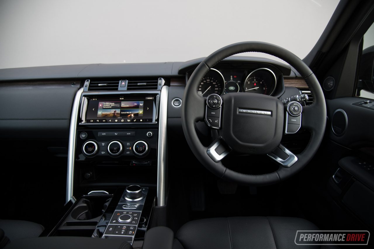 2017 land rover discovery sd4 hse review video performancedrive for Land rover discovery 2017 interior