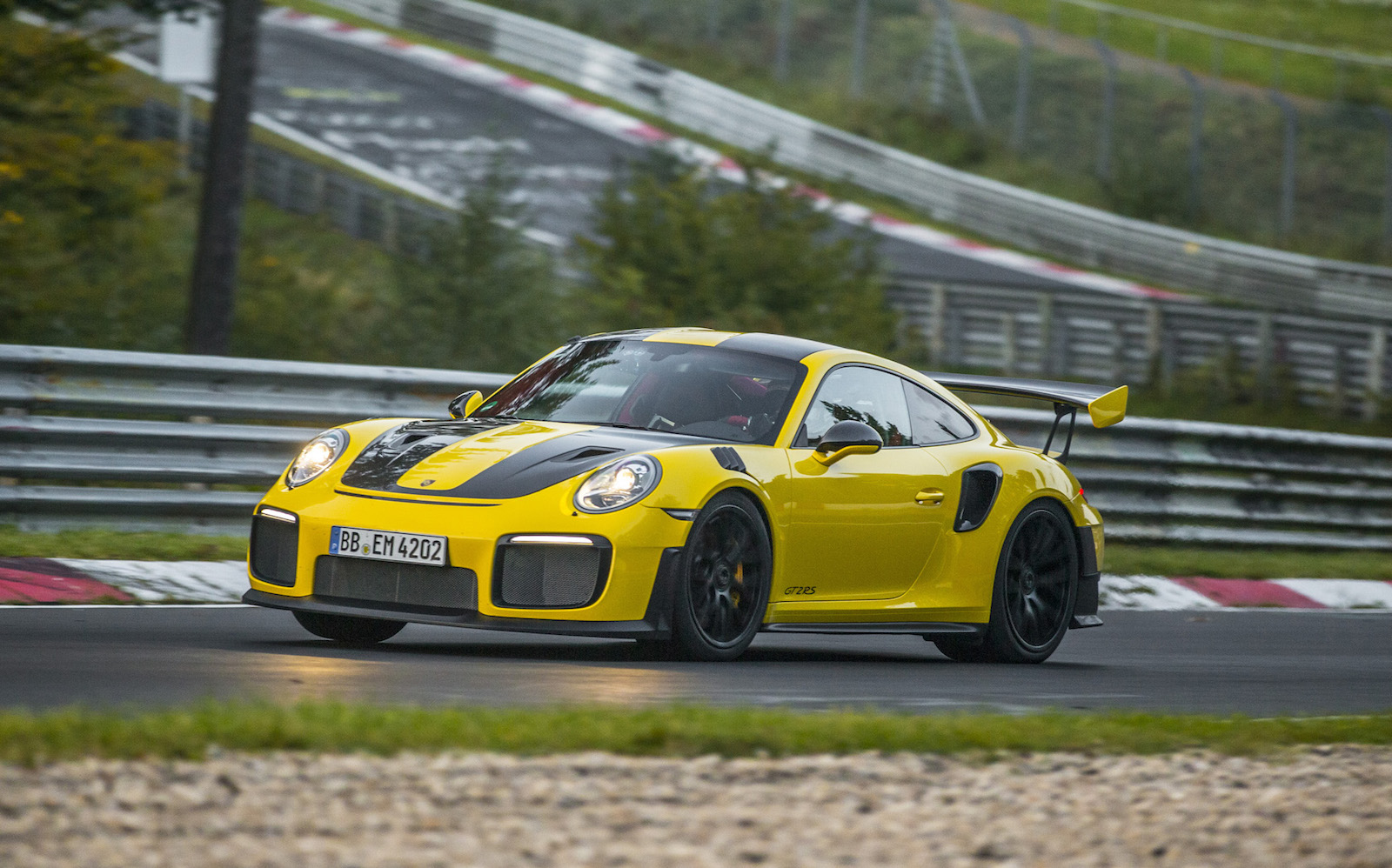 porsche 911 gt2 rs breaks nurburgring lap record video performancedrive. Black Bedroom Furniture Sets. Home Design Ideas