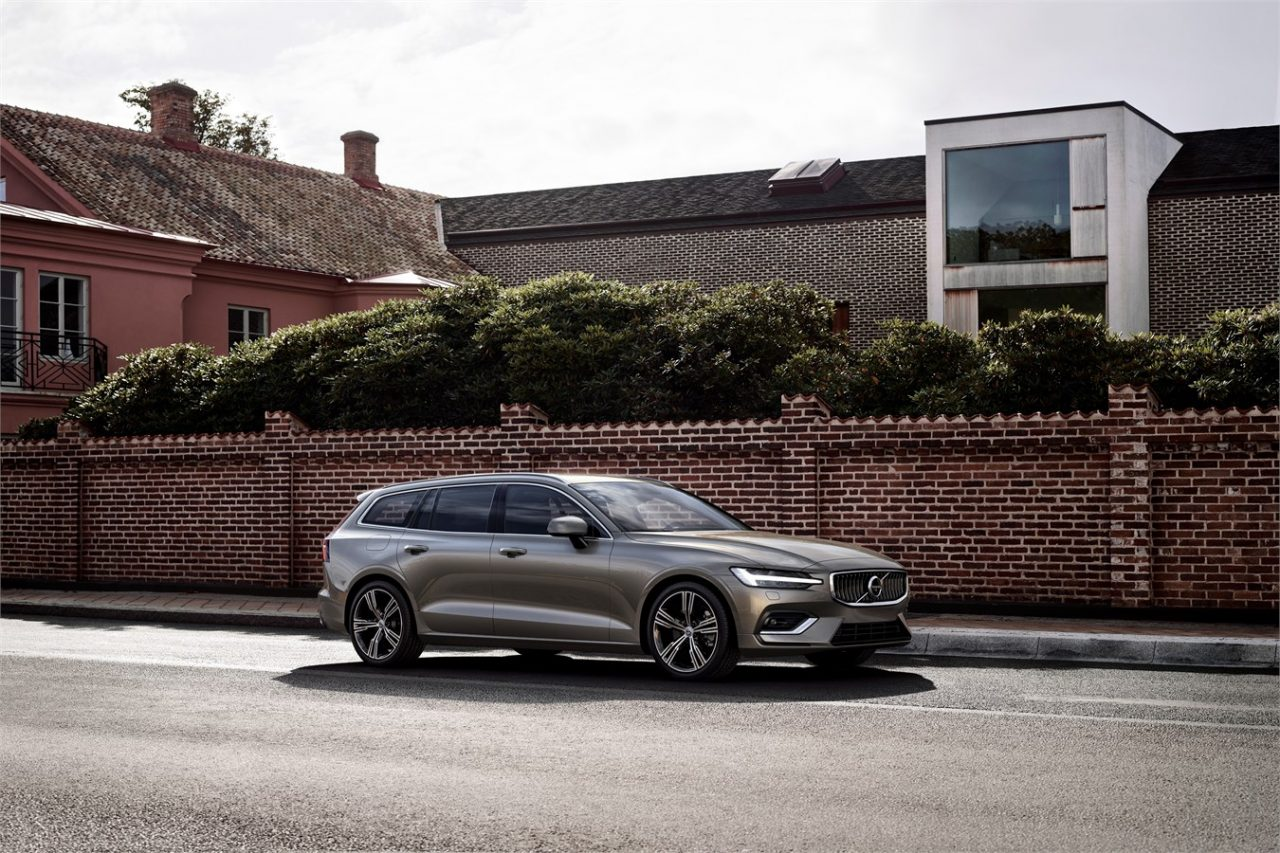 2019 volvo v60 revealed new safety features plug in hybrid variant performancedrive. Black Bedroom Furniture Sets. Home Design Ideas